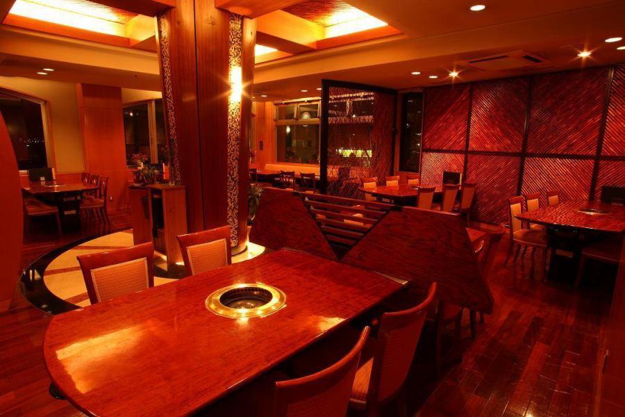 モダンな店内は広々ゆったり♪開放感溢れる店内は、デートやご家族で寛げる空間です♪