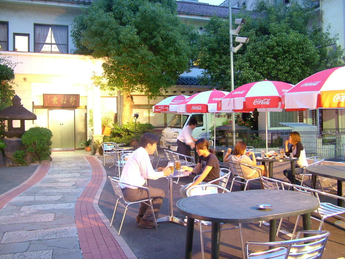 In the summer season the beer garden at the terrace seats ♪