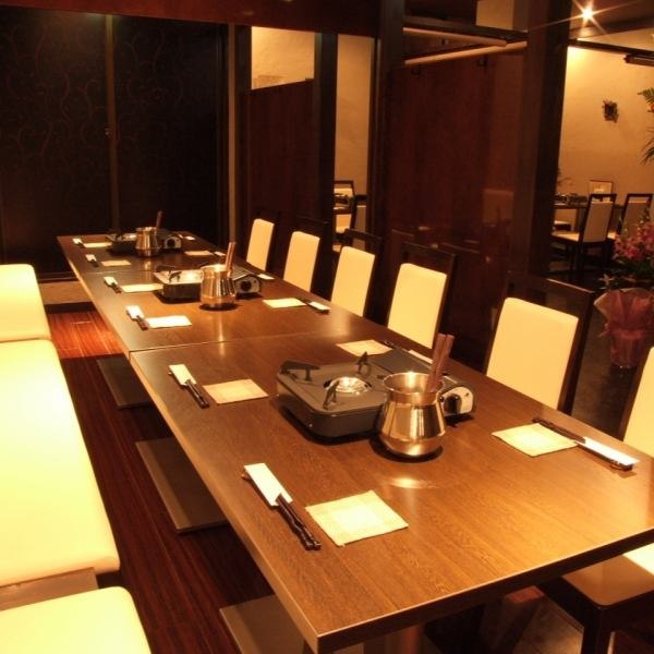 Private room will be able to freely change the size of the private room by a partition way.Available in accordance with the room on the number up to 2 people to 30 people.