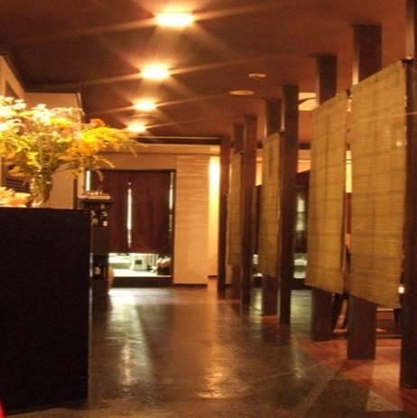 帶隔板的私人房間空間即使從過道也看不到內部。