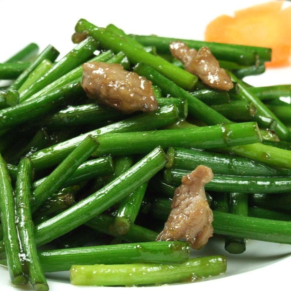 Stir-fried garlic buds and pork loin