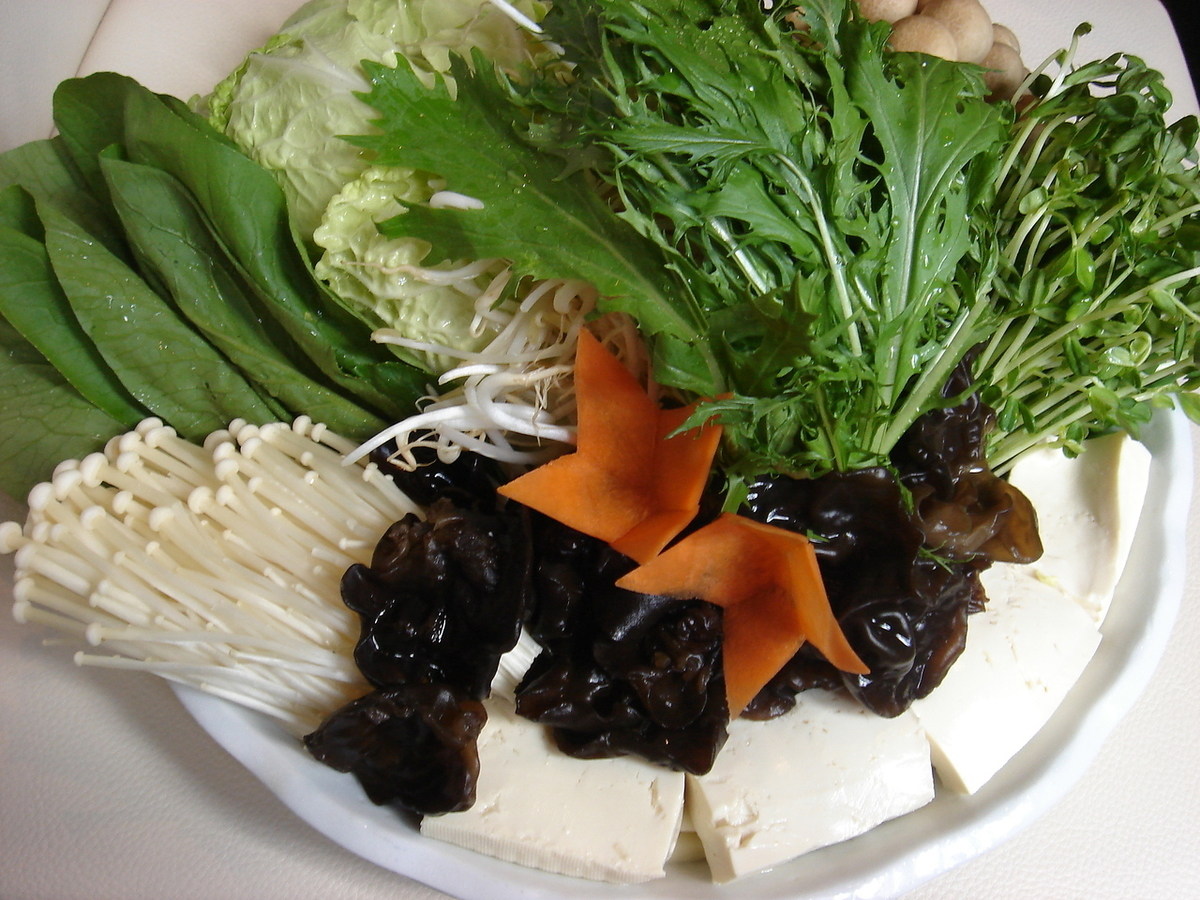 Earring / Shimeji / Enoki / White onion / Raw kelp / Tofu / Vermicelli / Kuzukiri / Quail