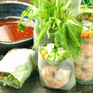 Seafood raw spring rolls