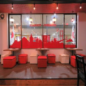 2F…窓からの景色も楽しめるテーブル席。ポップなお席はお友達やデート、女子会などにもおすすめ