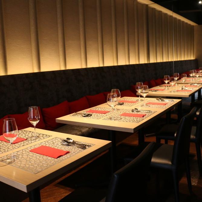 平靜的桌子座位。您可以放鬆身心,坐下來慢慢享用美食。酒店氛圍寧靜,適合成人約會,週年紀念日,娛樂活動等。現場表演將於1月舉行,也會受到歡迎。1月12日16日18日25日2月1日