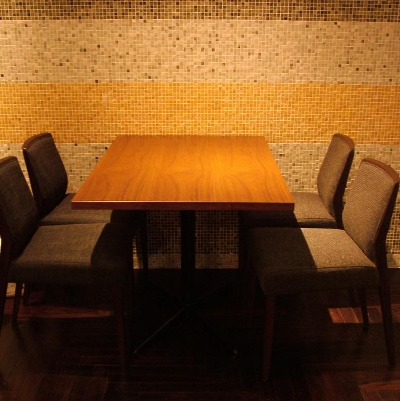中心有4个可容纳4人的桌椅