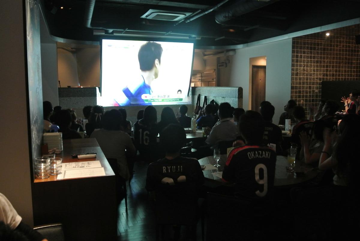 사람이 들어가면 이런 느낌입니다.나폴리 피자를 먹으면서 맥주를 마시고 여러분과 한창 오를 생각합니다.스포츠 바보다 조용하고 앉아 볼 수 있습니다.이날은 90 여명의 고객과 축구 관전.분위기가 살았습니다 ~ 4 년 후 2018 년에는 결승 토너먼트에 가지 못하게 해! 일본!