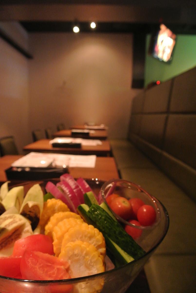 야채와 20 명으로 나누어되는 테이블 석에서.소파는 기분이 좋다! 동료와 회사들과 데이트 ... 여러가지 사용할 수 있습니다!