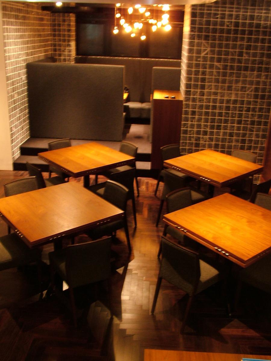 중앙의 자리입니다.테이블이 원탁이됩니다.여러 가지 형태로 사용하실 수 있습니다.