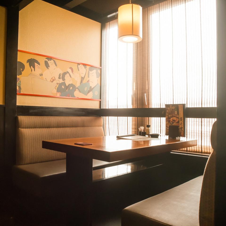 純和風の雰囲気が落ち着くテーブル席