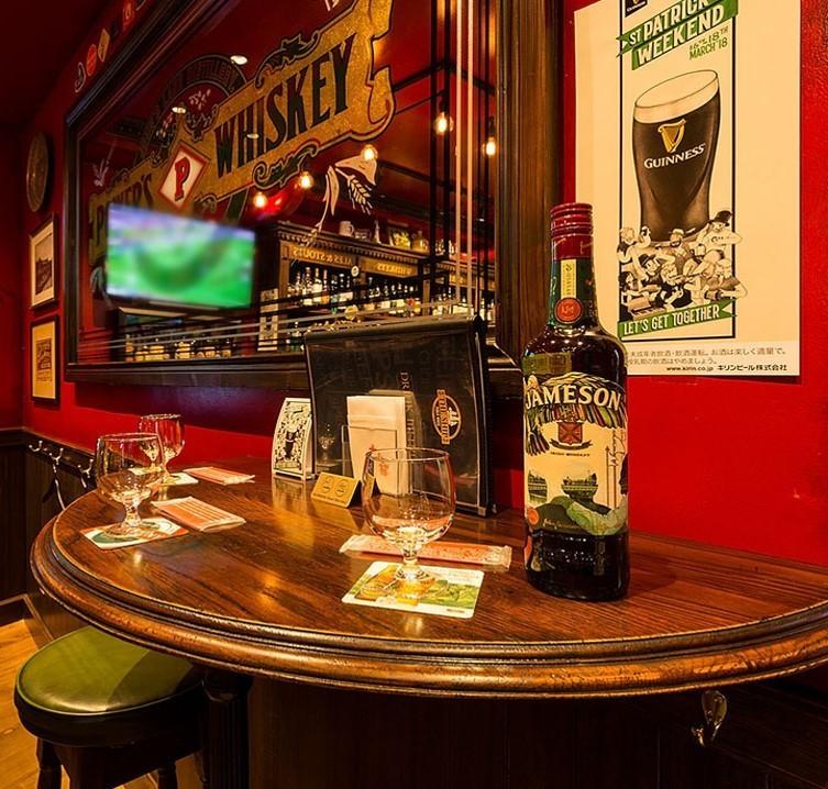 半圓桌也可用於兩人用餐♪這是一個可以從兩邊觀看大型監視器的座位。非常適合觀看體育賽事スポーツ下班後的飲品和飲料,與親密的朋友一起參加飲酒派對!