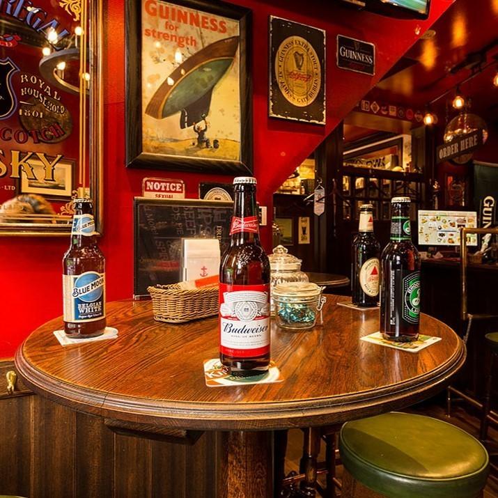 大型円形のハイテーブルは5名様までご利用いただけます。気の合う仲間達向きの盛り上がれる席です。窓に面した明るい席の真上に大型モニターが位置しており、流れる映像を楽しむことができます。多彩なドリンクの中からお気に入りのお酒を見つけて、ゆったりと味わってください。