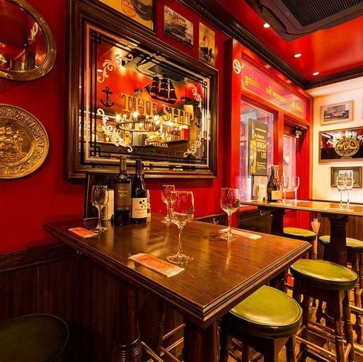 """這是一張高桌,可供4人用餐。一個大型顯示器位於露天盒子的彩色玻璃下面。與一個深受喜愛的朋友聚會或與同事一起用餐。如果你在拿著我們自豪的""""魚和薯條""""的同時喝啤酒,感覺就像你在愛爾蘭酒吧消費♪"""