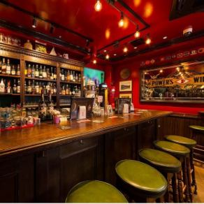 目の前に世界中のウイスキーが並ぶカウンター席。広いテーブルはごゆっくりとお食事を召し上がれます。ずらりと並ぶボトルの中から、気になる銘柄があれば、お気軽にお声掛けください。バーテンダーの意外なサービスを受けられるかも♪