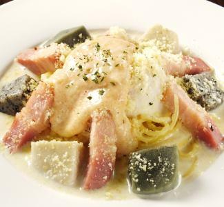厚切りベーコンと京生麩の明太カルボナーラ温卵のせ