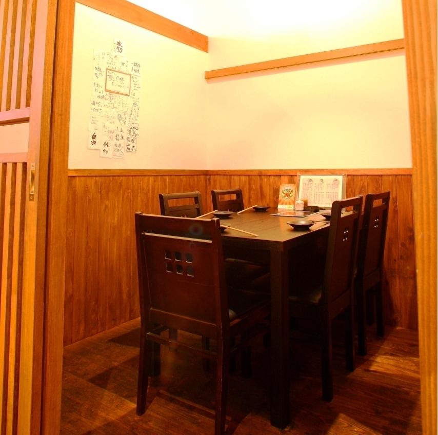 私人桌子有2个座位,普通座位有2个座位。私人房间很受欢迎,所以请尽快预订!!