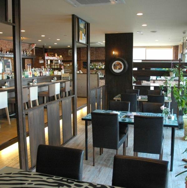 木のぬくもりを感じられるナチュラルなテイストで統一された店内がおしゃれな「cafe dining beau bleu」。女子だけでなく男子にも非常に人気が高いお店です。ゆったりとした時間が流れる隠れ家的なカフェでは、非常にリラックスした時間を過ごすことができます。ゆったりとしたソファ席があるのも人気の秘密。