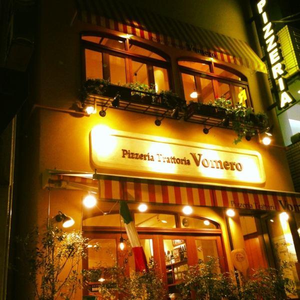 歌舞伎座タワー裏手、静かな路地にひと際にぎやかな一軒家。そこからもれるオレンジ色の光。ナポリの街で偶然出会った住宅街に佇むピッツェリアをイメージ
