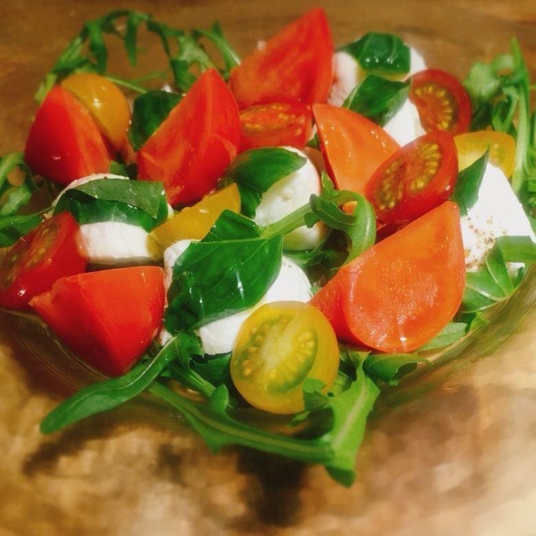 彩りトマトとバジリコ、水牛モッツァレラチーズのカプリ風