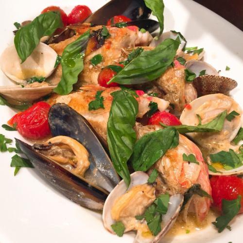 """鮮魚と貝類、チェリートマトの白ワイン蒸し """"アクアパッツア"""""""