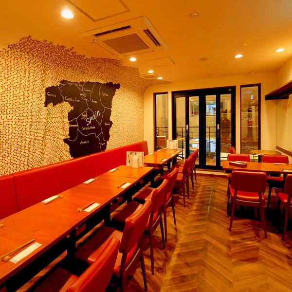 說到西班牙,激情!3F採用基於紅色感覺激情的瓷磚牆。您可以在放鬆的桌子和椅子上享用美食。