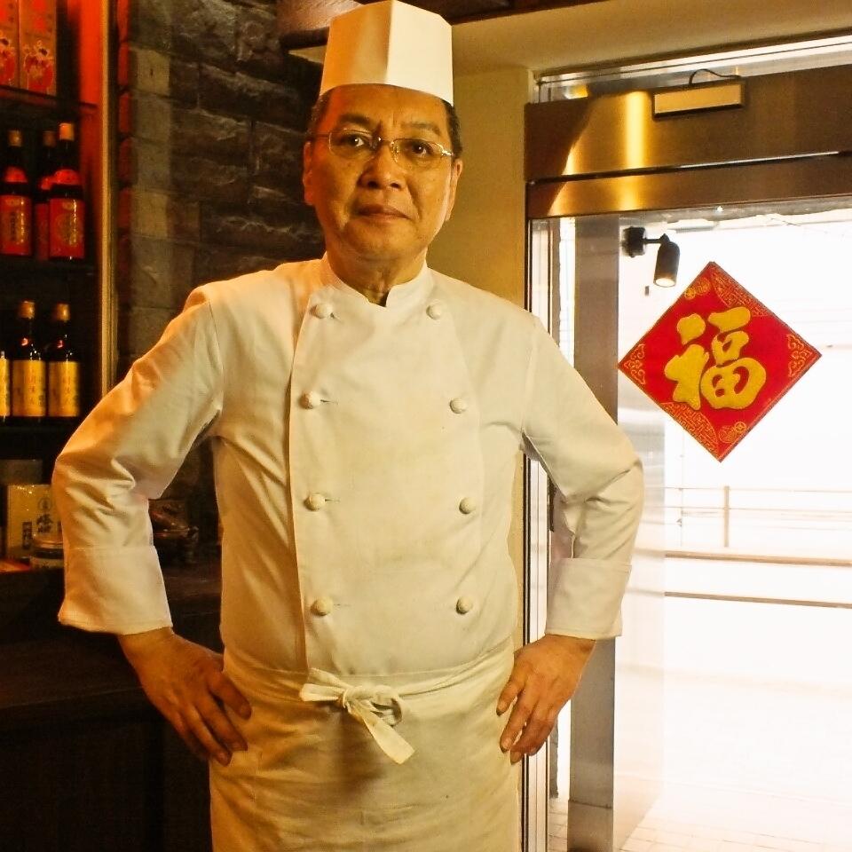 一位在着名商店接受过培训的厨师