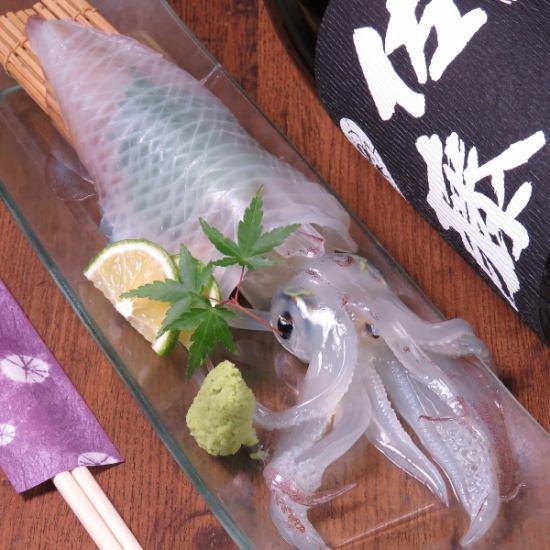 呼子のイカの活造りや平戸泳ぎ鯖などの新鮮な魚料理を九州の地酒とともに…
