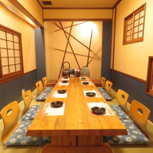 奈留島【2階:8名様から10名様向け】接待や会社宴会にも重宝される個室席。完全個室なので、自分達だけの空間でお食事やお話をお楽しみ頂けます。