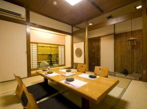 福江島【2階:6名様から8名様向け】接待や会食にも重宝される人気の個室席。完全個室なので、落ち着いた空間でお食事やお話をお楽しみ頂けます。
