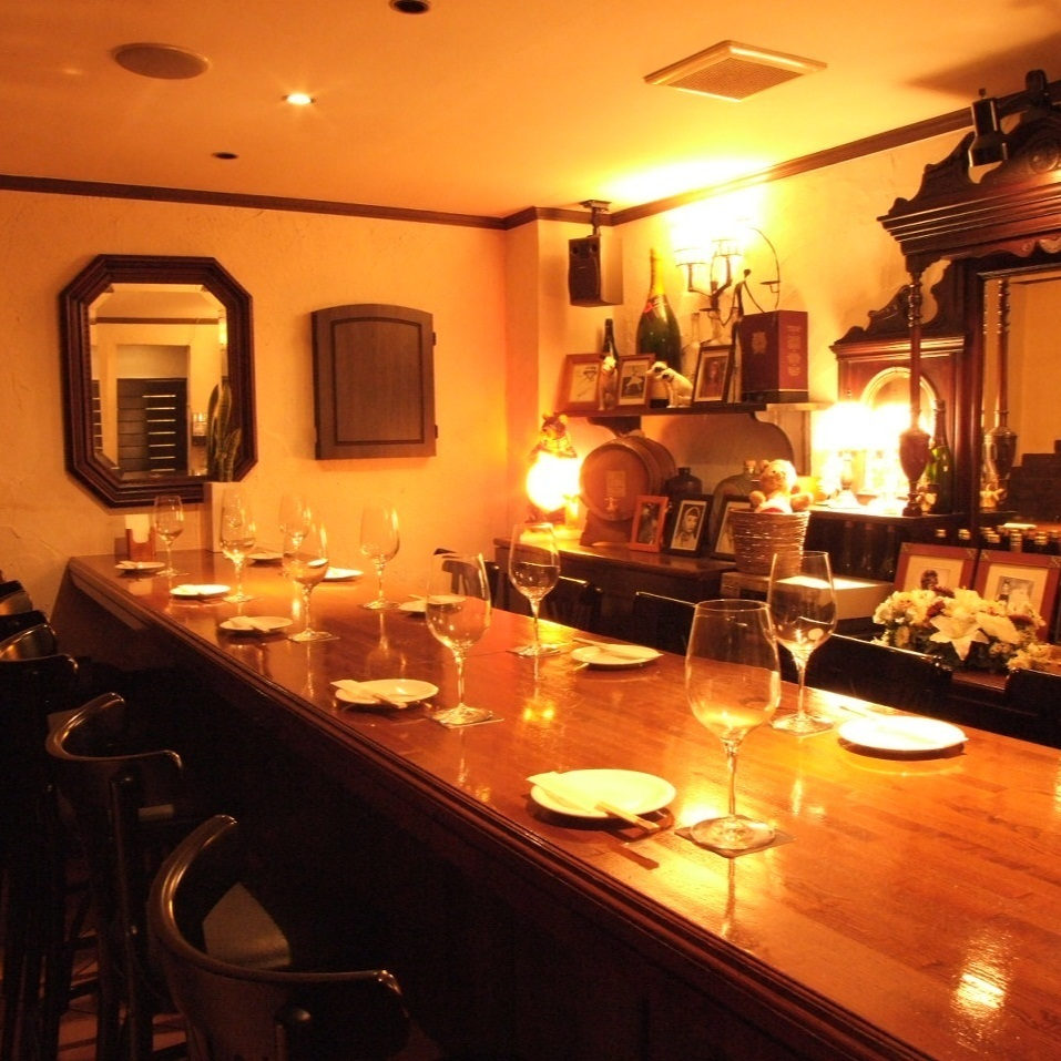 It is a counter table, and individual rooms of 6 to 16 guests are possible.It feels familiar, but it is also good to have fun and enjoy time with everyone slowly.There are various ways to use such as girls' party, companion, and Halloween party.