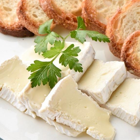 卡门培尔奶酪和水桶