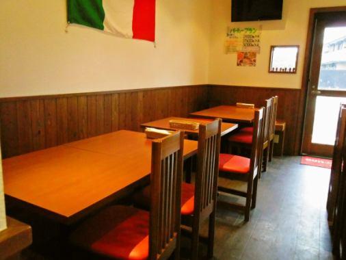 白い壁と木目を基調とした店内はオープンキッチンで明るく・開放感のある空間。カウンター席は常連さんで賑わい、気さくなスタッフとの会話しながらお寛ぎ頂けます。3名様~ご利用頂けるパーティーコースもご用意しておりますので、女子会や飲み会・ご家族でのお食事にお勧めです♪コースご注文で飲み放題も可能です◎