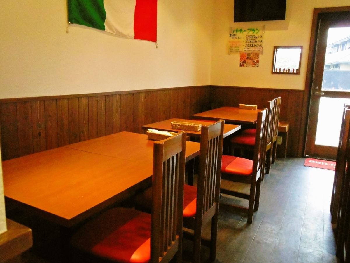 片側がベンチシートになった4名掛けのテーブル席です