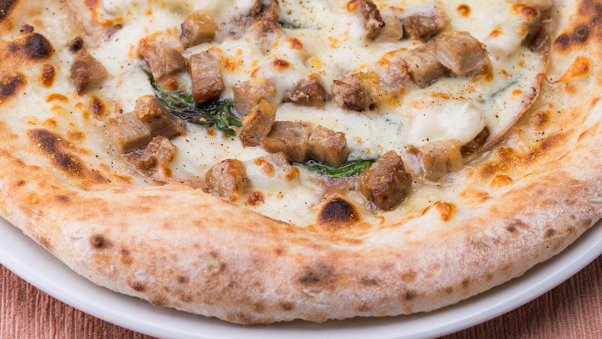 チャーシューとミラノ産サラミのお肉屋さんのピッツァ