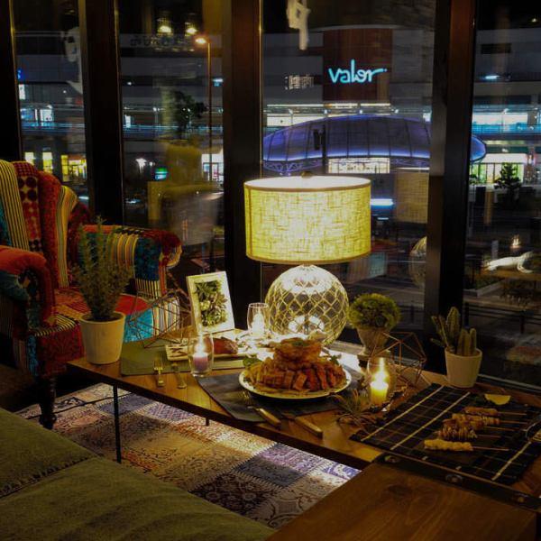 【デート/女子会に】店内は、証明とインテリアで雰囲気抜群の空間!気軽にお酒を飲みたいお客様は、使い勝手の良いテーブル席がおすすめです。