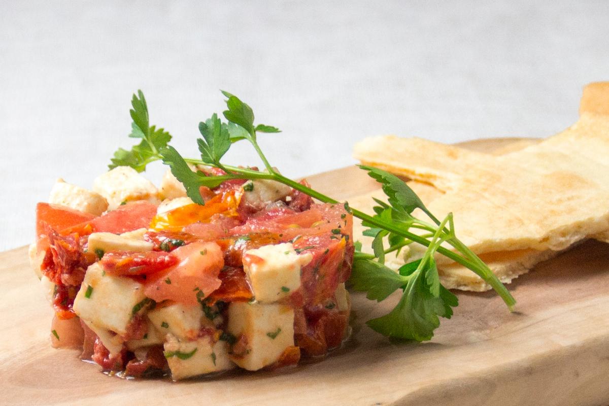 Tartar with tomato and mozzarella cheese