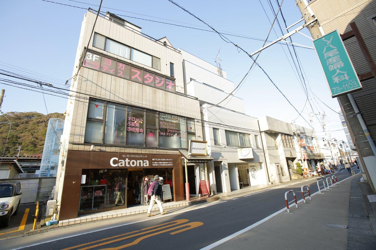 JR逗子駅東口を出て、右に進み、なぎさ通りに入ります。左手にスターバックスがあり、その先の右手には豊島屋様(鳩サブレー)があり、その隣にあるビル1Fが入り口で、階段を上り、2Fが受付です。