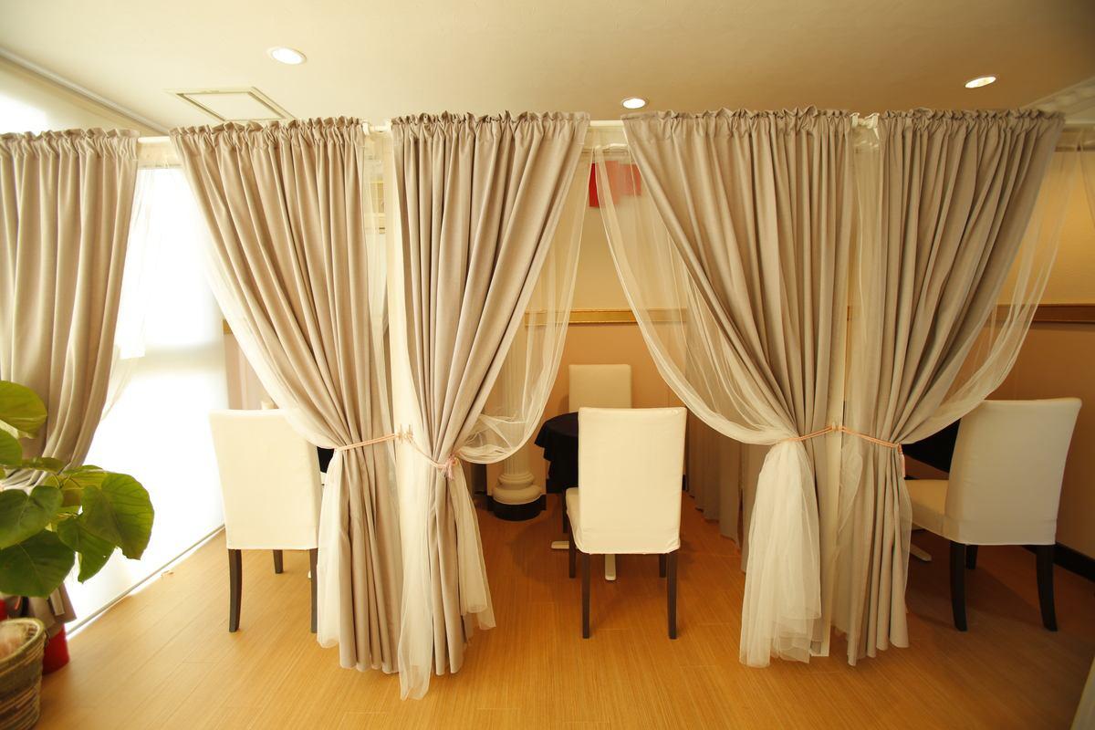 2Fは、カーテンで仕切られた小部屋があり、プライベートな空間で鑑定できます。
