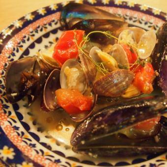 白葡萄酒蒸蛤蜊和新鲜番茄
