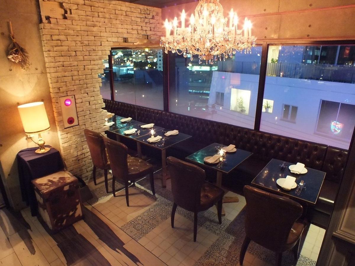 5F樓層:枝形吊燈燈檯觀看花園廣場的桌椅!它也是公司宴會和幫派升級的完美之選!