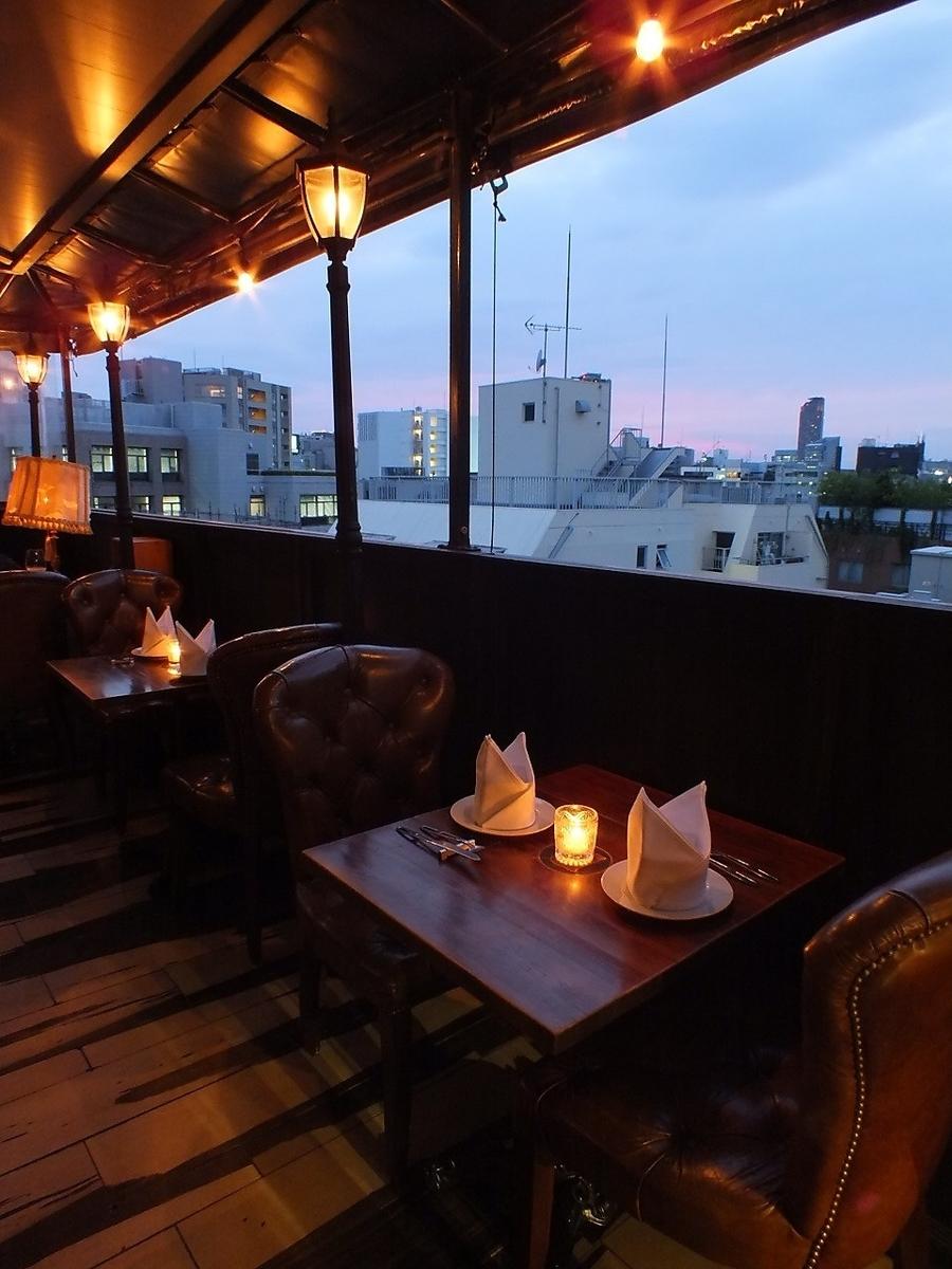 5F bistro Terrace 2受歡迎的露台座位即使只有2個桌子的屋頂和透明窗簾下雨也是安全的