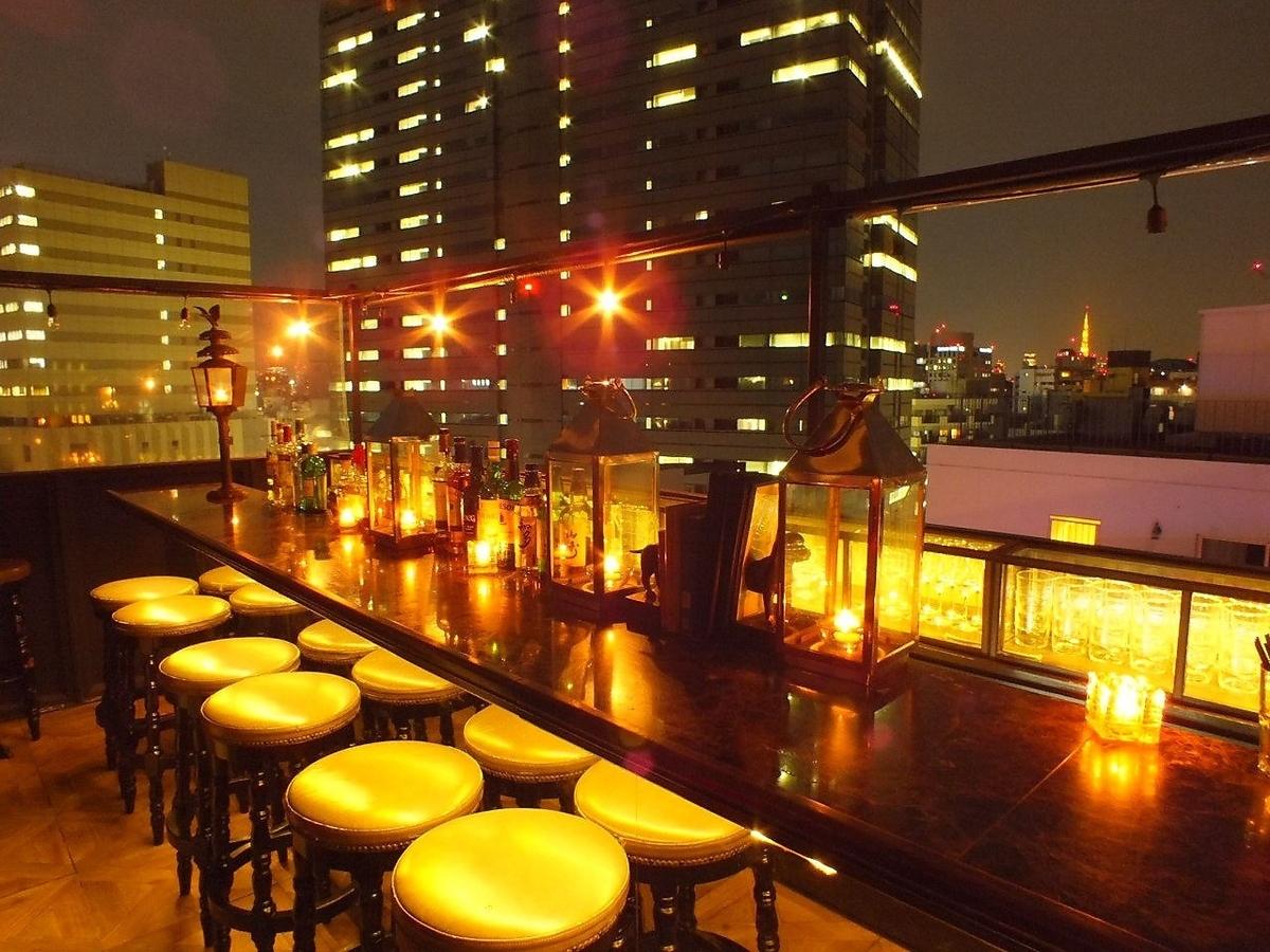 6樓酒吧屋頂櫃檯東京塔的正面在前面,右邊是花園廣場