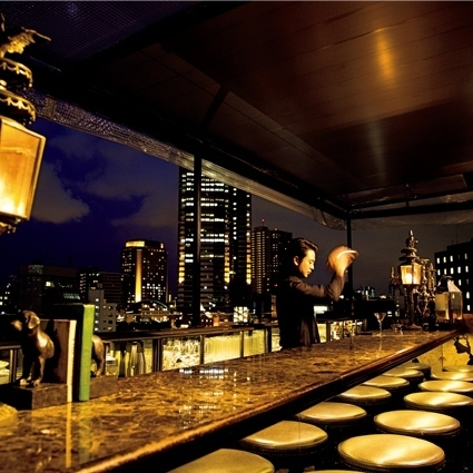 調酒師正在屋頂酒吧等候。