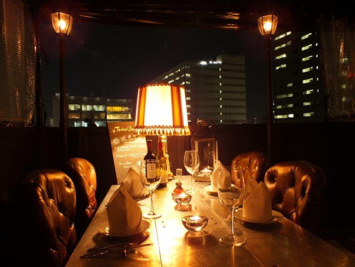 在露台上的一个美好的夜晚俯瞰♪夜景的恋人和伴侣......★