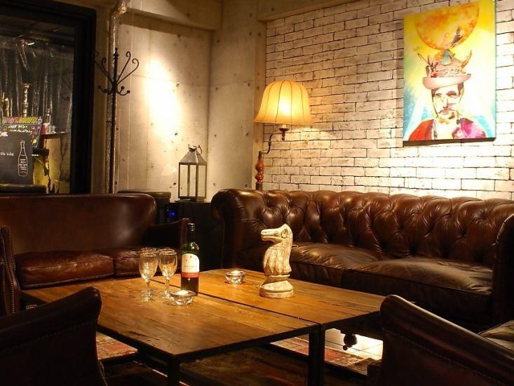 최상층 플로어 소파에서 와인을 마시 며 휴식 않습니까?