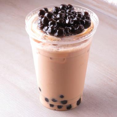定番のタピオカはミルクティー450円か抹茶ミルクティー500円で。