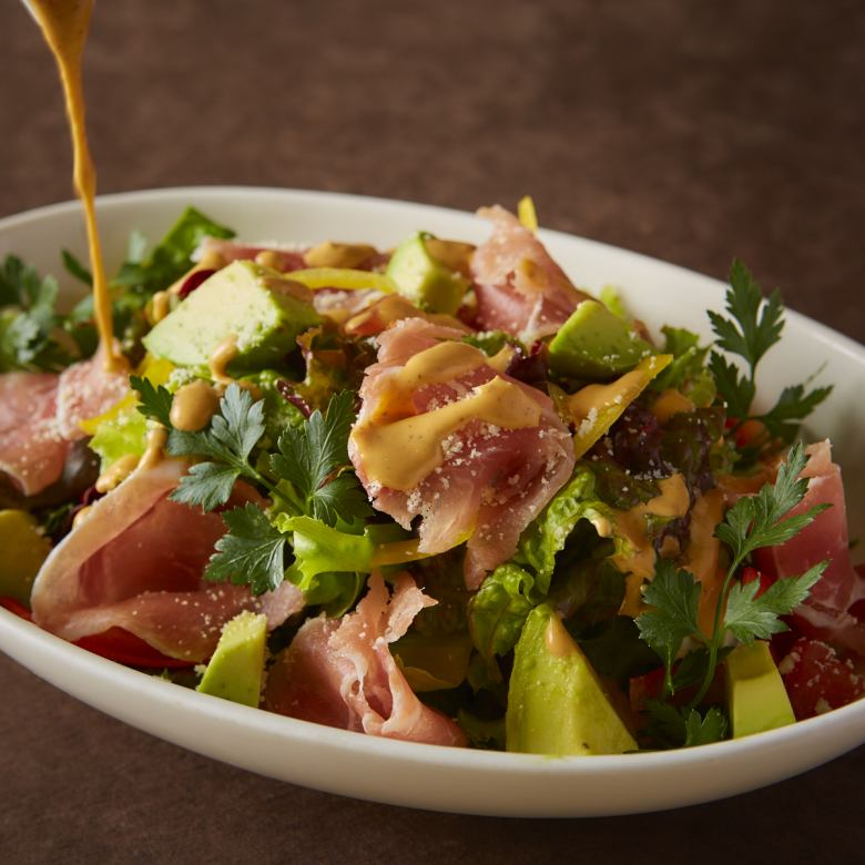 Cobb salad with raw ham and avocado