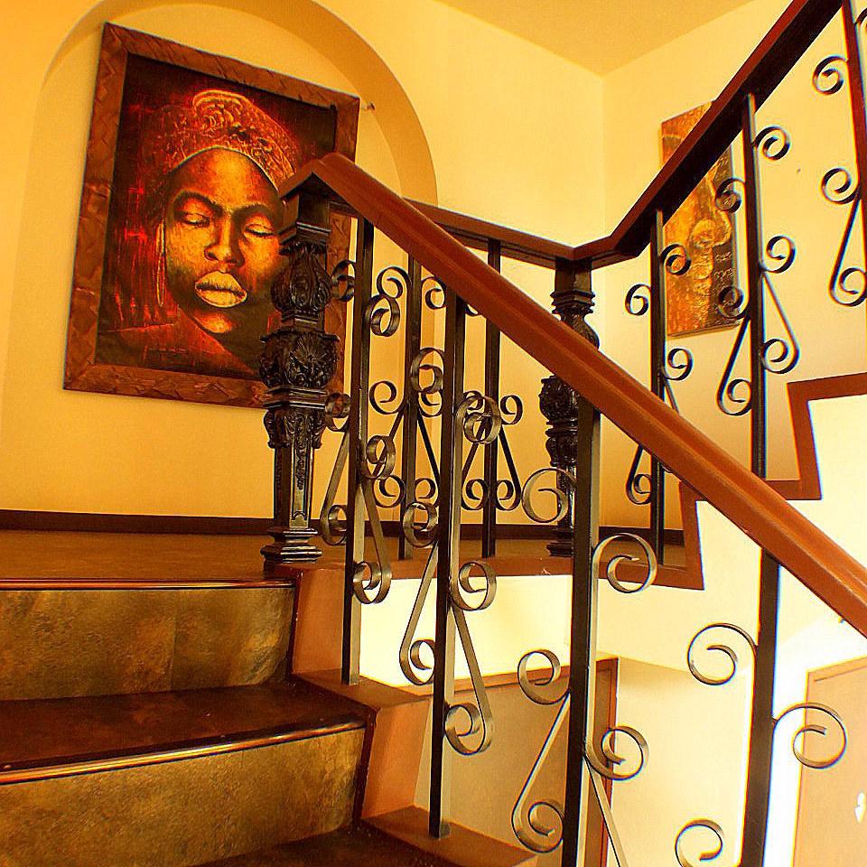 【こだわりの空間】階段を上がると突然現れる絵画。デザイナーが手掛けたお洒落な空間でゆったりとお過ごし下さい。