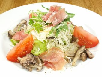 Salad with mushrooms and raw ham