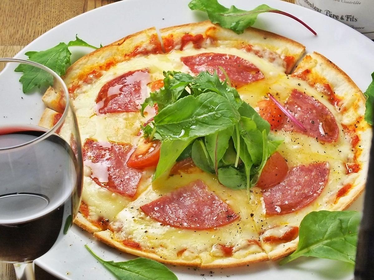 밀라노 살라미와 토마토의 밀라노 풍 피자